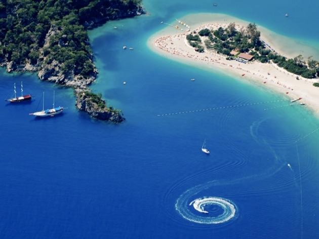 ターコイズブルーが美しい3つのプライベートビーチを持つ「ヒルサイド・ビーチ・クラブ」