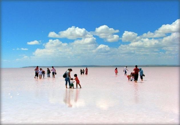 ここはウユニ塩湖!?トルコにある白き絶景塩湖「トゥズ湖」