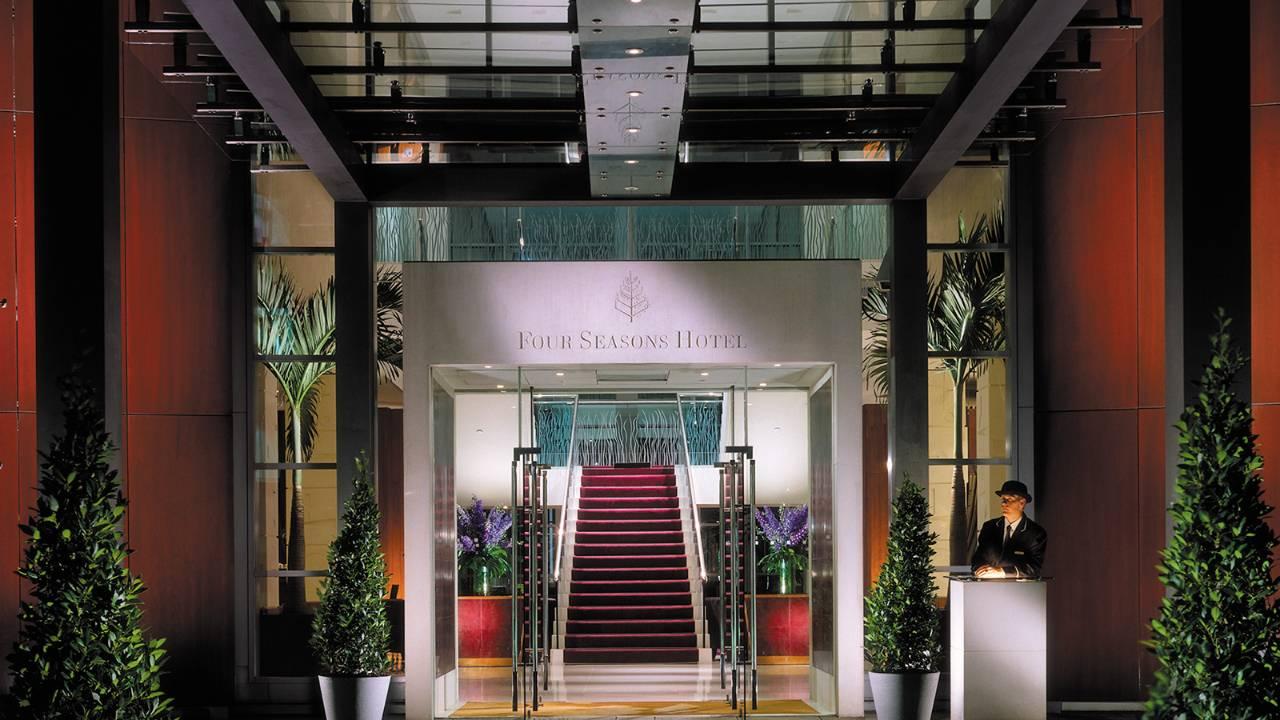 フォーシーズンズ・ホテル・ロンドン・アット・カナリーワーフの玄関
