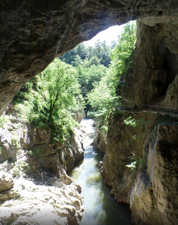 シュコツィアン洞窟群の入口