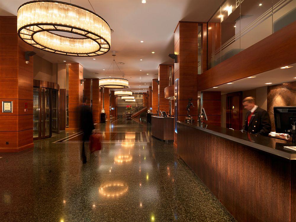 ロイヤル・ガーデン・ホテルのフロント