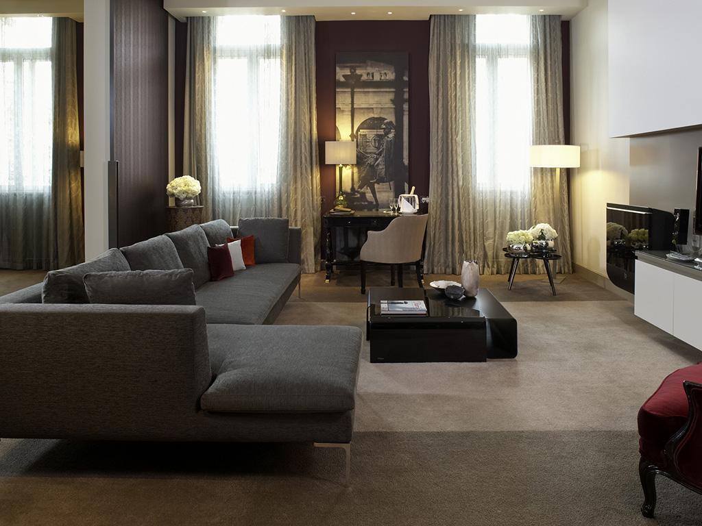 ソフィテル・ロンドン・セントジェームスの客室リビングルーム