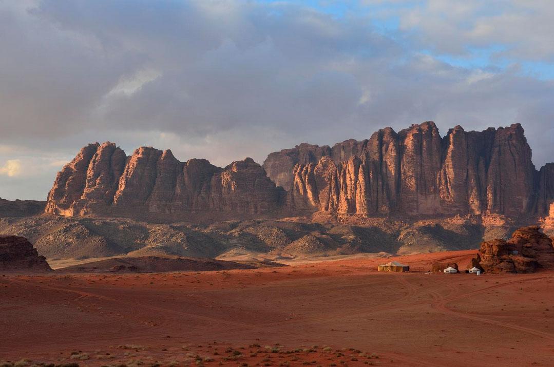 険しい岩山が連なり赤い砂漠が一面に広がる魅惑の聖地「ワディラム」