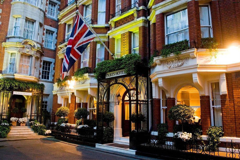 英国の格式と伝統に焦点を置いた古典的な「デュークス・ホテル」