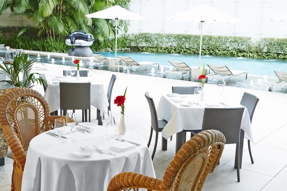 ザ・セント・レジス・シンガポール The St. Regis Singaporのプールサイドでの食事