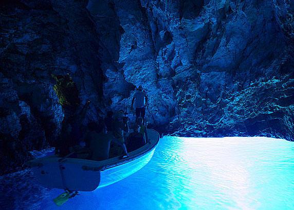 透き通ったブルーの幻想的な世界へ導いてくれる「クロアチアの青の洞窟」
