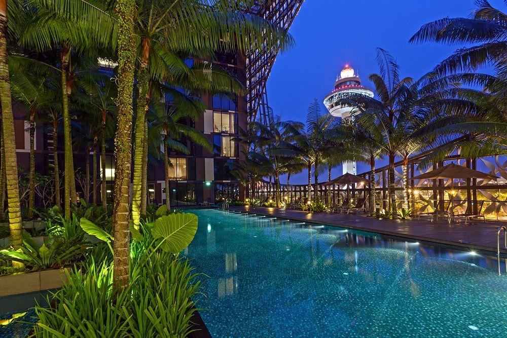クラウン・プラザ・チャンギ・エアポート Crowne Plaza Changiの夜のプール