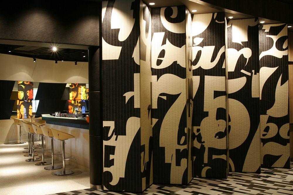 クラウン・プラザ・チャンギ・エアポート Crowne Plaza Changiのバー'75