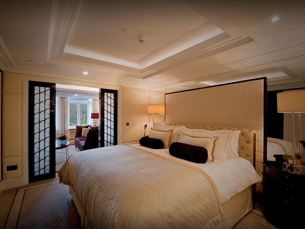 ザ・ウェルズリー・ロンドンのワンベッドルームスイートの寝室