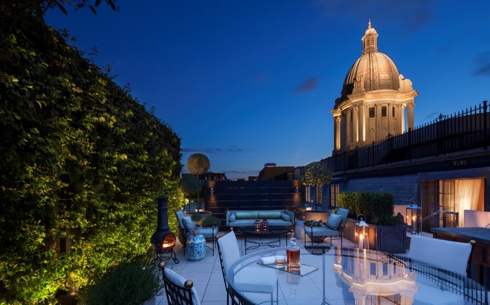 ローズウッド・ロンドンのガーデンハウス・スイートの屋外テラス