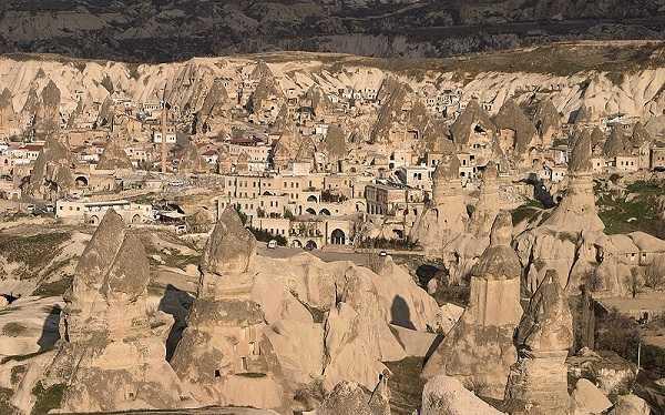 ギョレメ村にある奇岩を利用した家やホテル