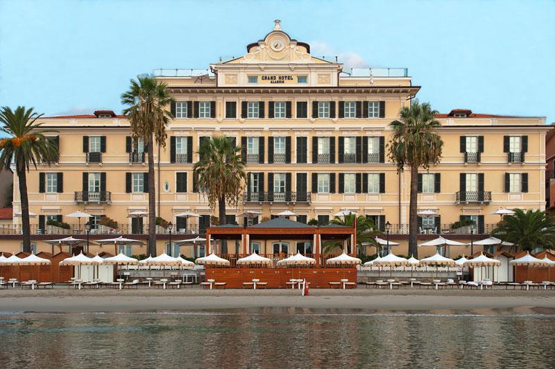 豊かな自然と地中海の青く澄んだ海に面した「グランド・ホテル・アラッシオ」