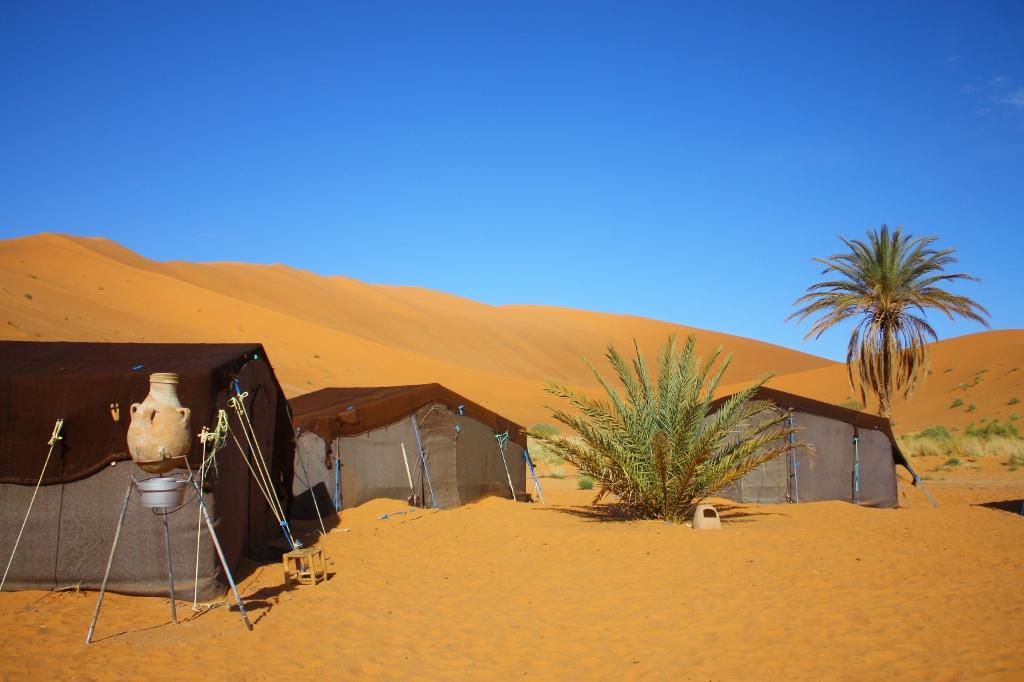 サハラ砂漠の中のテントの画像です。