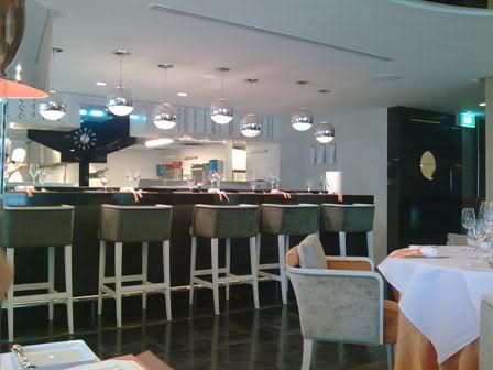 アスコット・ラッフルズ・プレイス・シンガポール Ascott Raffles Place Singaporeのルームタイプfinlayson suiteのダイニングJulien Bompard(ジュリアン・ボンパード)