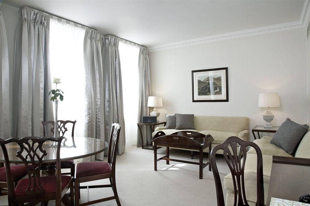 デュークス・ホテルの客室リビングルーム