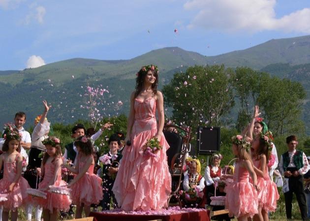 ダマスクローズの香りが溢れるブルガリアの「カザンラク・ローズ・フェスティバル」