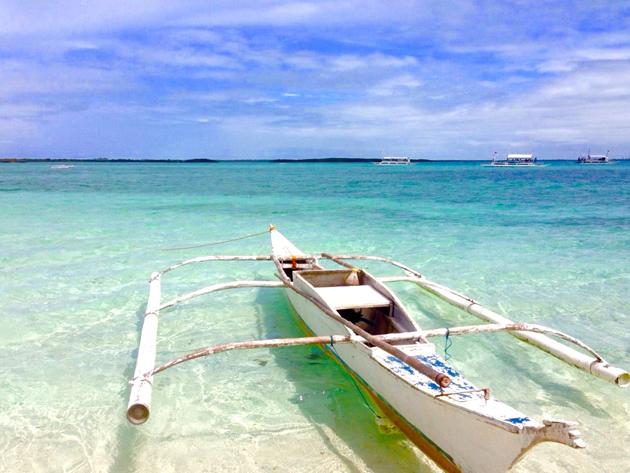 ソルパ島のビーチに浮かぶバンカーボート
