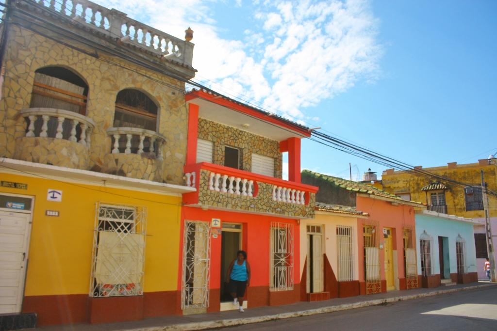 キューバ トリニダーのカラフルな街並み