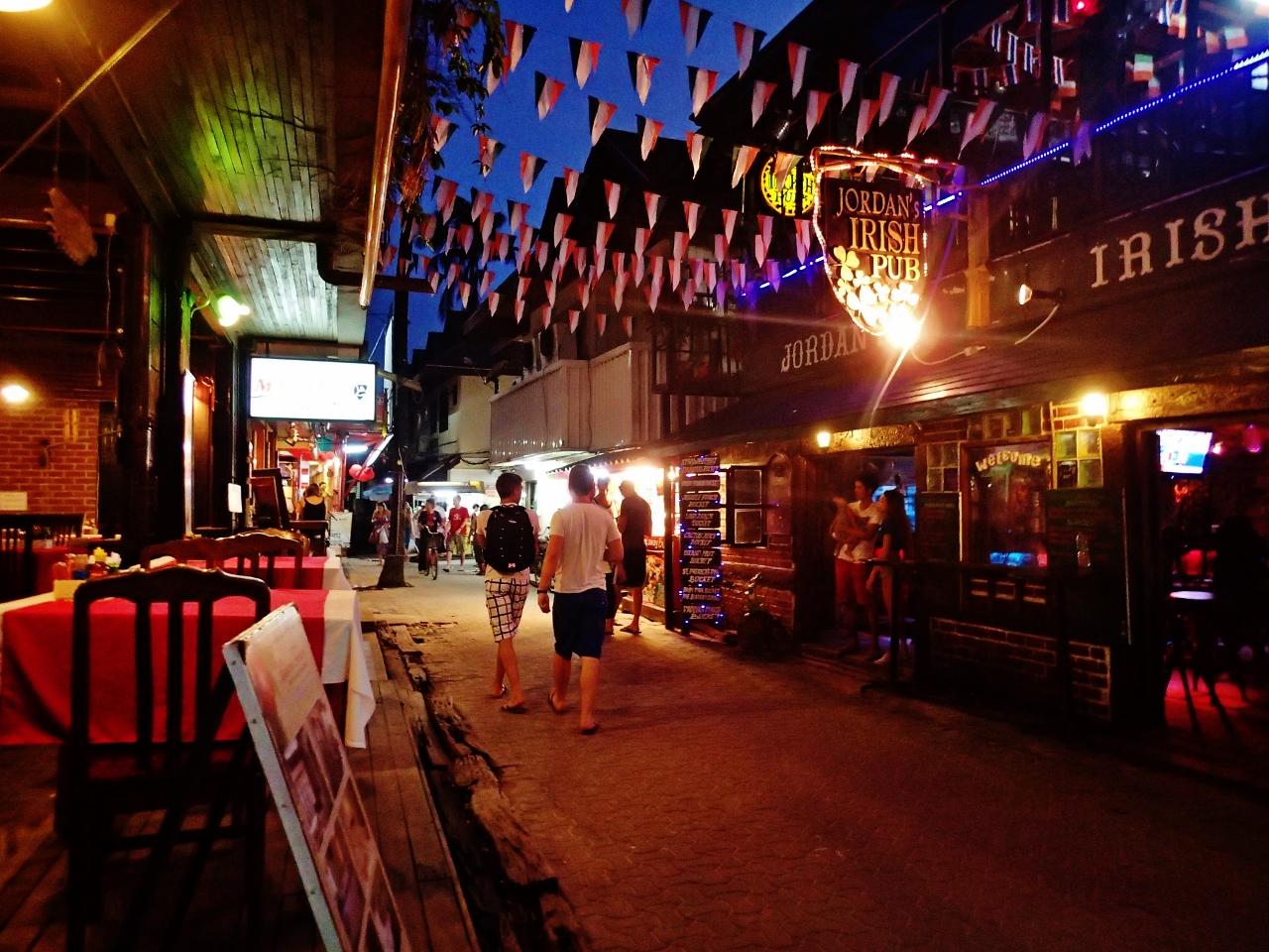 タイ ピピ・ドン島 トンサイ村の夜の様子
