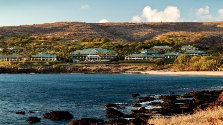 大自然の中、海を見下ろす高台に建つ白亜の高級リゾート「フォーシーズンズ・リゾート・ラナイ・アット・マネレ・ベイ」