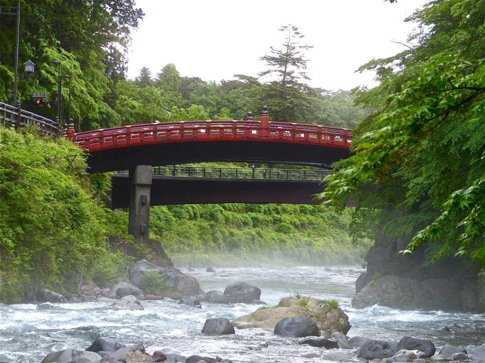 川面から仰ぎ見る神橋