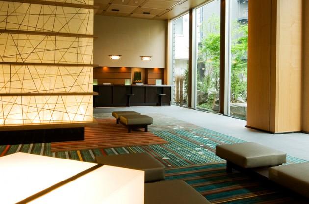 庭のホテル 東京のロビー
