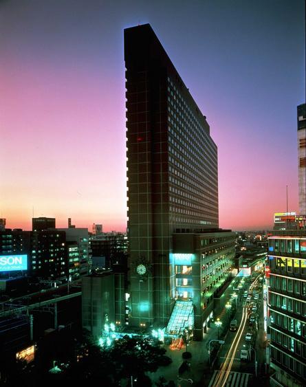 歌舞伎町に立つシックなレンガ色の「新宿プリンスホテル」