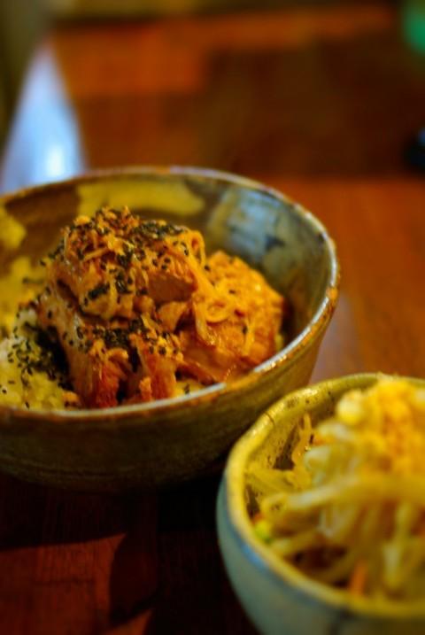 クワランカカフェの豚の角煮のせ高菜ごはん