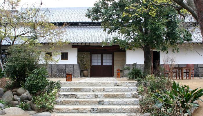 自然と古きものを大切にした全室離れの隠れ家「天然田園温泉 ふかほり邸」