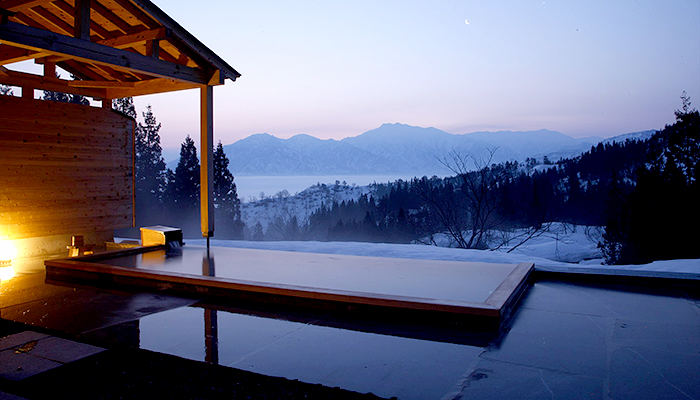 東京から1時間40分。絶景露天風呂とデザイン家具の宿「里山十帖」