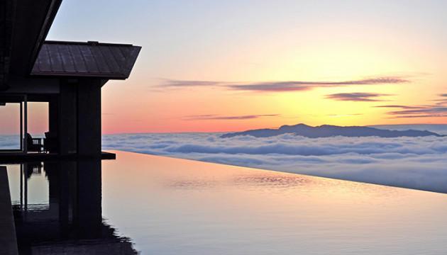 雲海と一体化する標高1000mに建つ絶景宿「赤倉観光ホテル」
