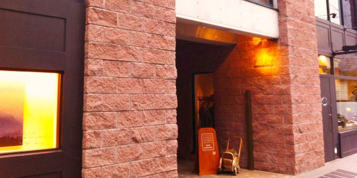 プラチナ通りの路地裏にたたずむ一つ星の隠れ家レストラン「ジョンティ・アッシュ」