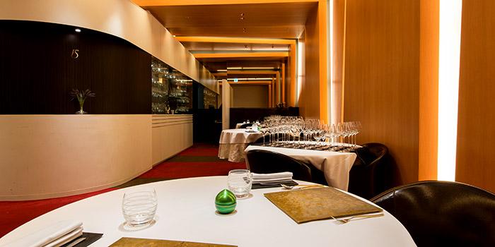 わずか10席。ゴージャスな空間の中で、五感で楽しみ、全身で味わう本格フランス料理店「ラ フィネス」